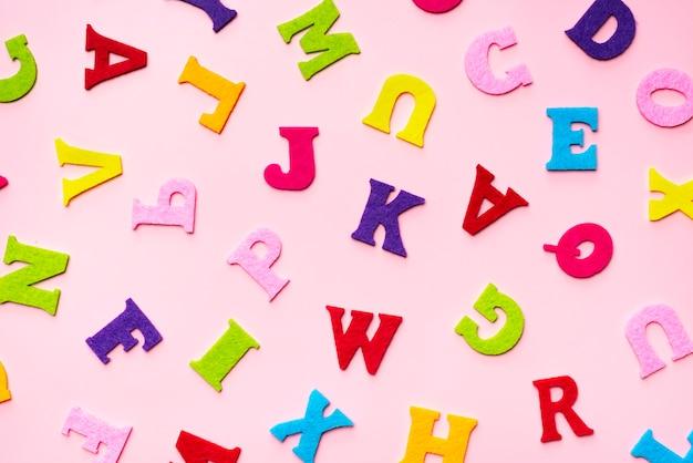 Lettres de l'alphabet anglais sur motif de fond rose.