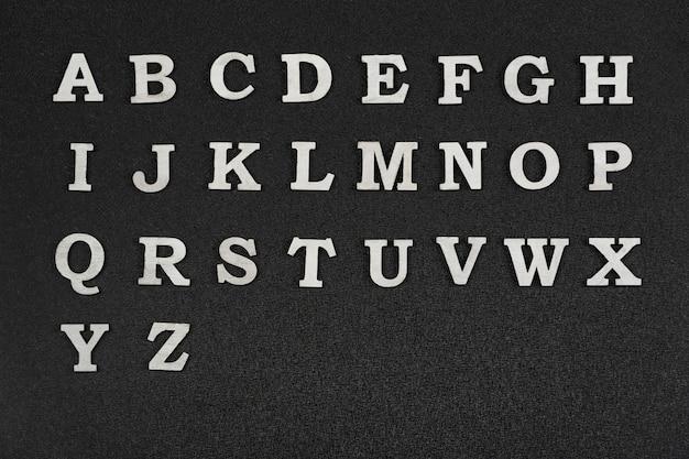 Lettres de l'alphabet sur fond noir. lettres az par ordre alphabétique.