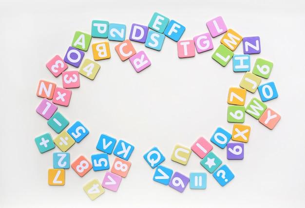 Lettres alphabet multicolores dans des papiers plats carrés