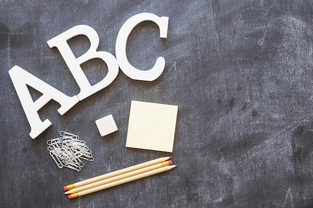 Lettres de l'alphabet avec papeterie sur tableau noir