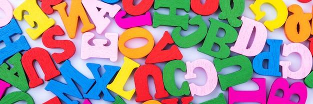 Les lettres de l'alphabet sont dispersées au hasard sur un fond blanc