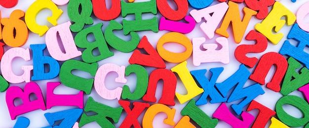 Les lettres de l'alphabet sont dispersées au hasard.