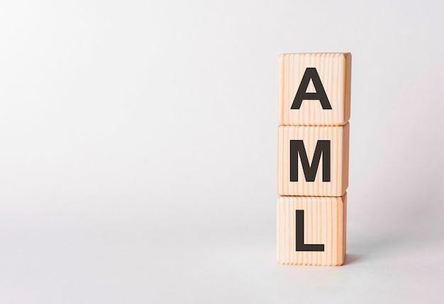 Lettres aml de blocs de bois en forme de pilier sur blanc