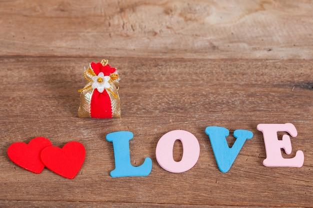 Lettres d'amour de couleur sur bois avec panier de fleurs