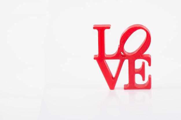 Lettres d'amour rouges sur fond blanc à droite