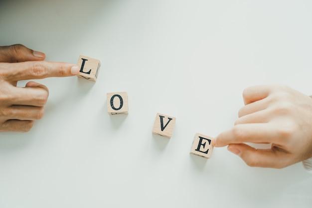 Lettres d'amour sur une table blanche avec quelques mains