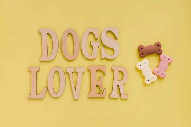 Lettres d'amoureux des chiens avec des friandises