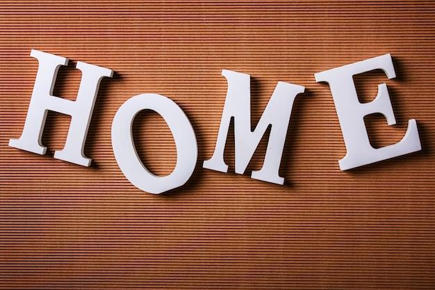 Lettres blanches avec le mot home