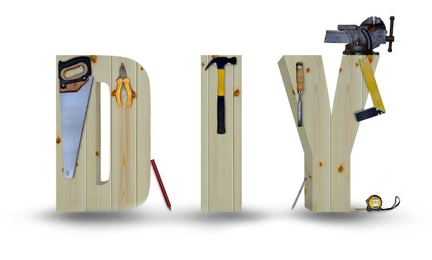 Lettres en bois de bricolage avec les outils suspendus isolés sur fond blanc