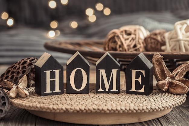 Lettres en bois avec l'inscription à la maison.