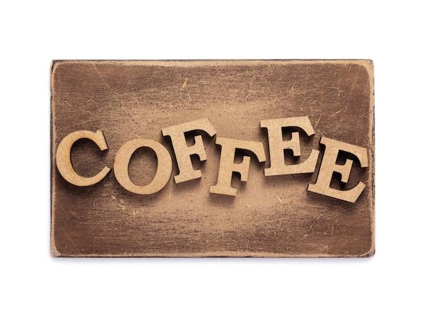 Lettres de café en bois au panneau ou à la plaque signalétique isolé sur fond blanc