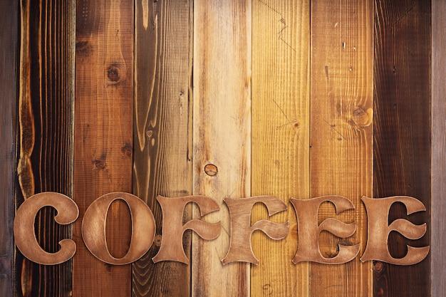 Lettres de café fond de planche de bois comme surface de texture