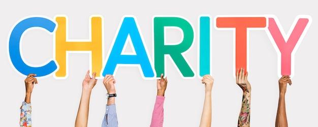 Lettres colorées formant le mot charité
