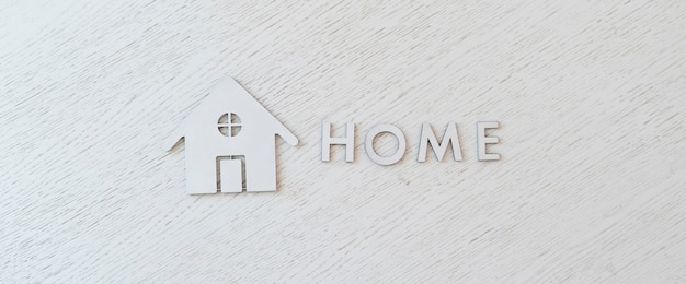 Lettres coupées à plat et signe d'icône d'accueil, vue d'en haut sur la table