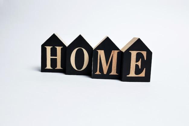 Lettres décoratives formant le mot home sur fond blanc