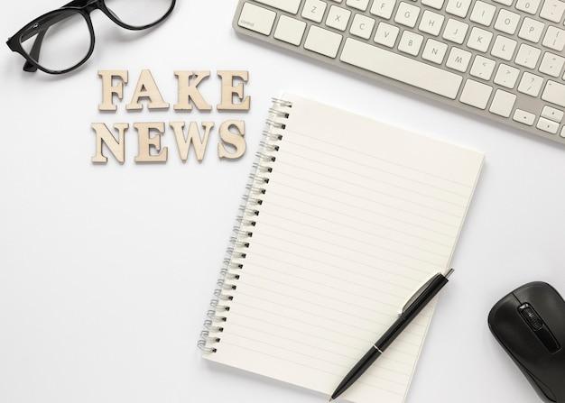 Lettres formant un faux message d'information