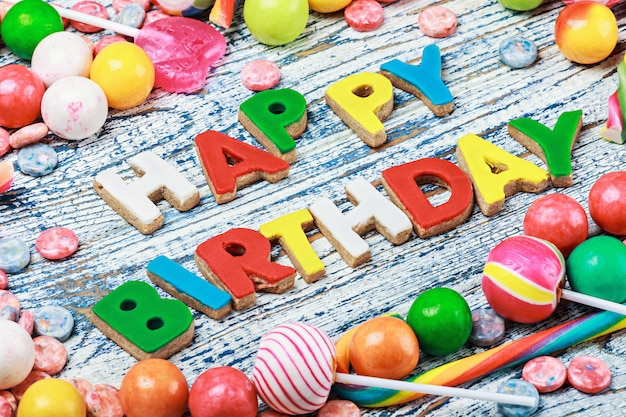 Lettres de joyeux anniversaire de biscuits et des bonbons