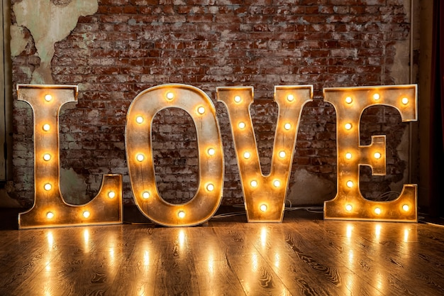 Lettres en métal avec petites lampes, éclairage de lettres d'amour avec ampoules