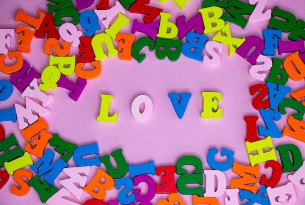 Lettres multicolores de l'alphabet au milieu du mot amour