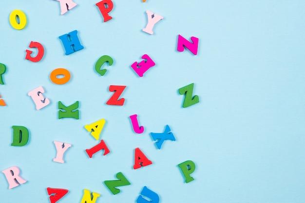 Lettres multicolores sur un bleu