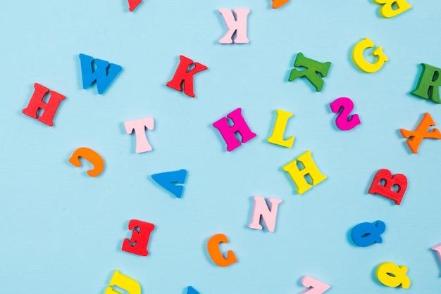 Lettres multicolores sur fond bleu. vue de dessus.