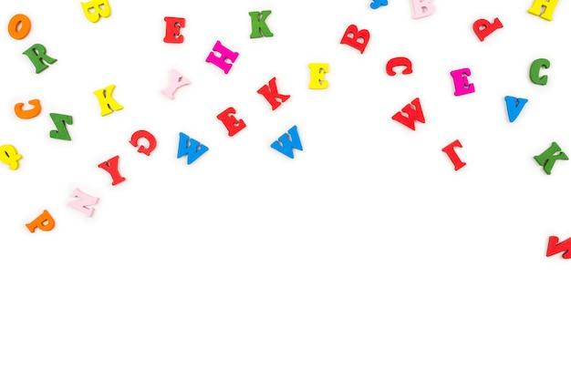 Lettres multicolores isolés sur fond blanc. vue de dessus.