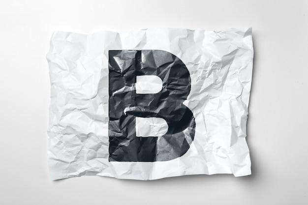 Lettres en papier froissé grunge sur fond blanc