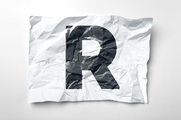 Lettres de papier froissées grunge sur blanc