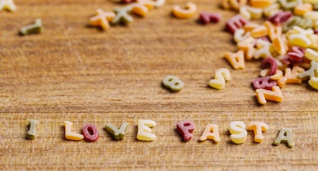 Lettres de pâtes avec j'aime la citation de pâtes