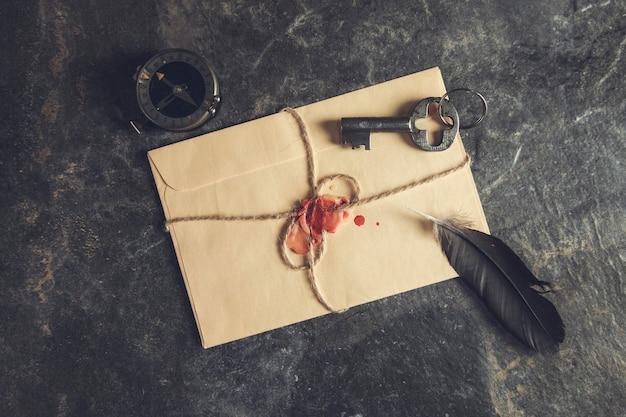 Lettres vintage avec boussole et clé sur table