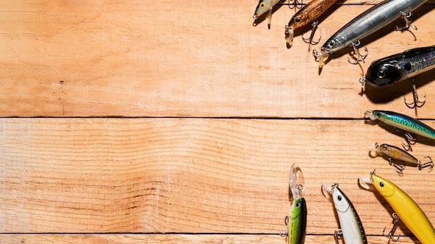 Leurre de pêche coloré arrangé sur le bureau en bois
