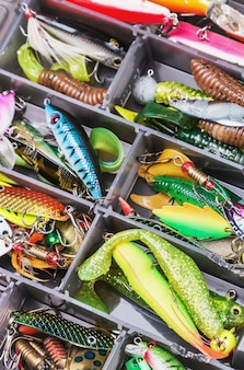 Leurres de pêche et accessoires dans la boîte