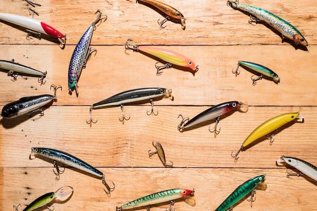 Leurres de pêche colorés sur un bureau en bois