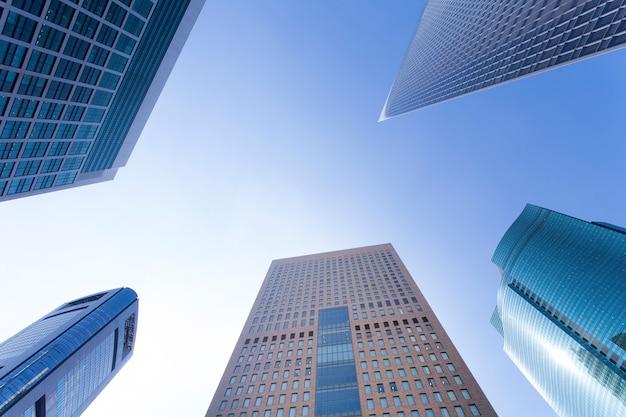 Levant les yeux vers un immeuble de grande hauteur