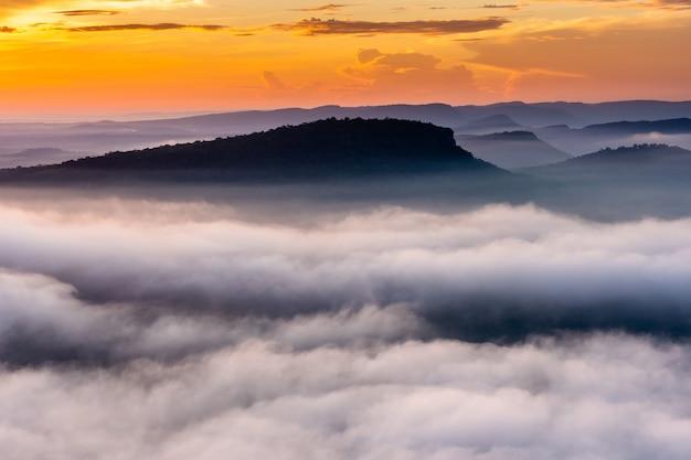 Lever et brume dans la vallée
