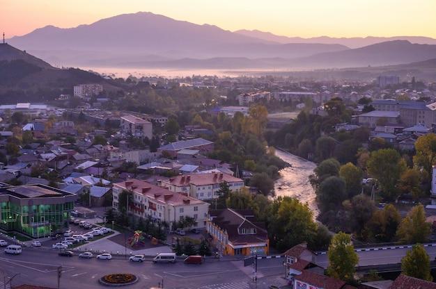 Lever du soleil à akhaltsikhe ville est célèbre lieux touristiques géorgiens, géorgie
