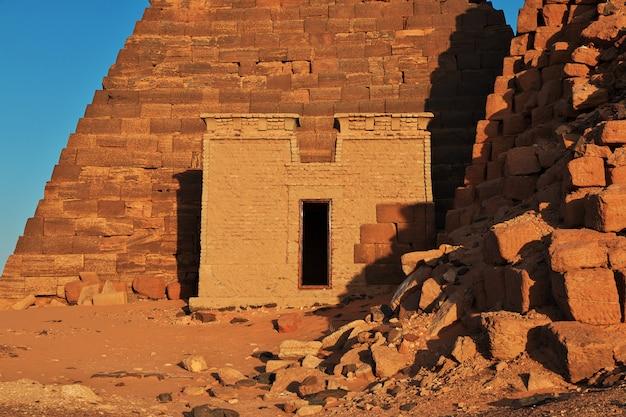 Le lever du soleil, les anciennes pyramides de méroé dans le désert du sahara, au soudan