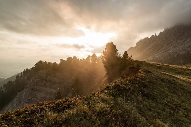 Lever du soleil au-dessus de la montagne