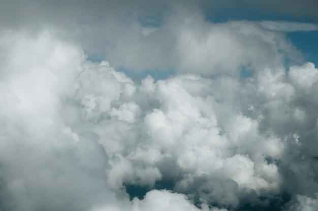 Lever du soleil au-dessus des nuages depuis la fenêtre de l'avion. vue de dessus de la photo de nuage prenant depuis la fenêtre de l'avion