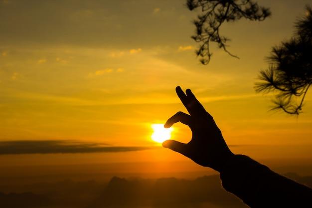 Lever du soleil au parc national de phukradung, thaïlande