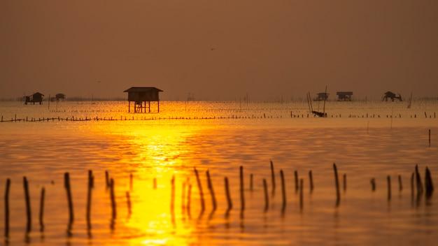 Lever du soleil à la baie de phetchaburi, paysage
