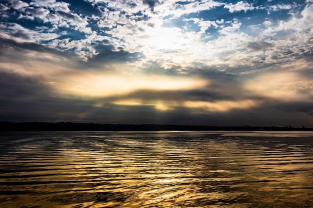 Lever du soleil brûlant de lourds nuages