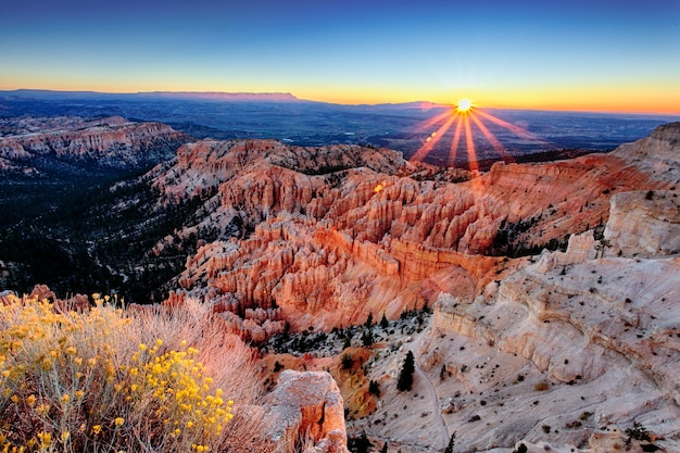 Lever du soleil à bryce canyon national park, utah, usa