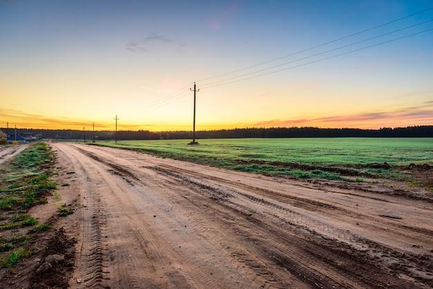 Lever du soleil sur le champ de prairie rurale