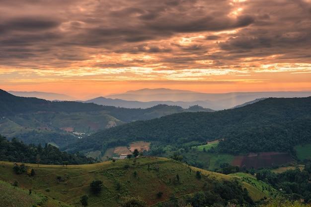 Lever du soleil sur la colline verte dans la campagne au parc national. doi mae tho, chiang mai