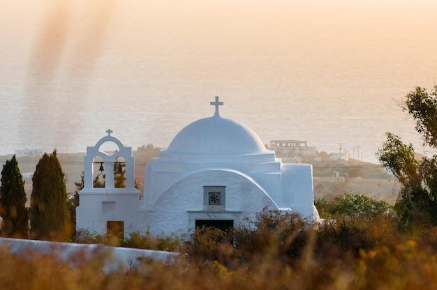 Lever du soleil dans l'archipel de santorin dans la ville de thira.