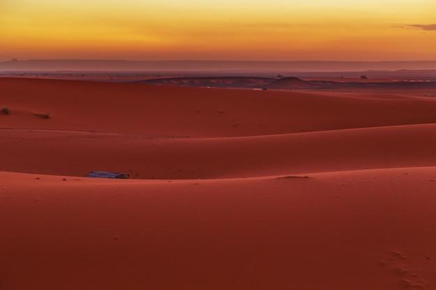 Lever du soleil dans le désert du sahara, au maroc.
