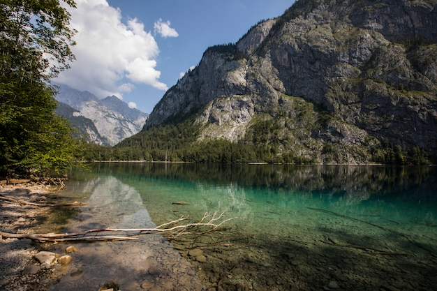 Lever du soleil dans le lac obersee, bavière, allemagne du sud. l'europe 