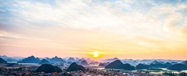 Le lever du soleil dans la montagne