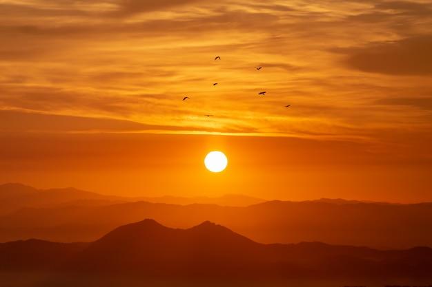 Le lever du soleil depuis le sommet d'une montagne en corée.